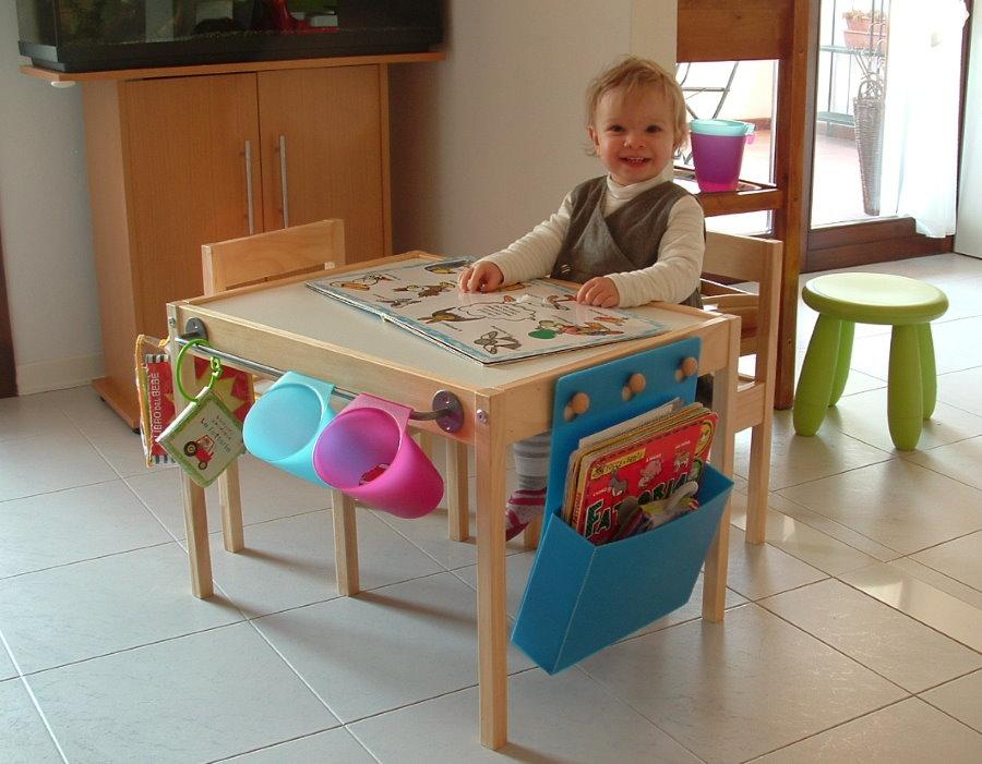 Маленький ребенок за столом для детских игр