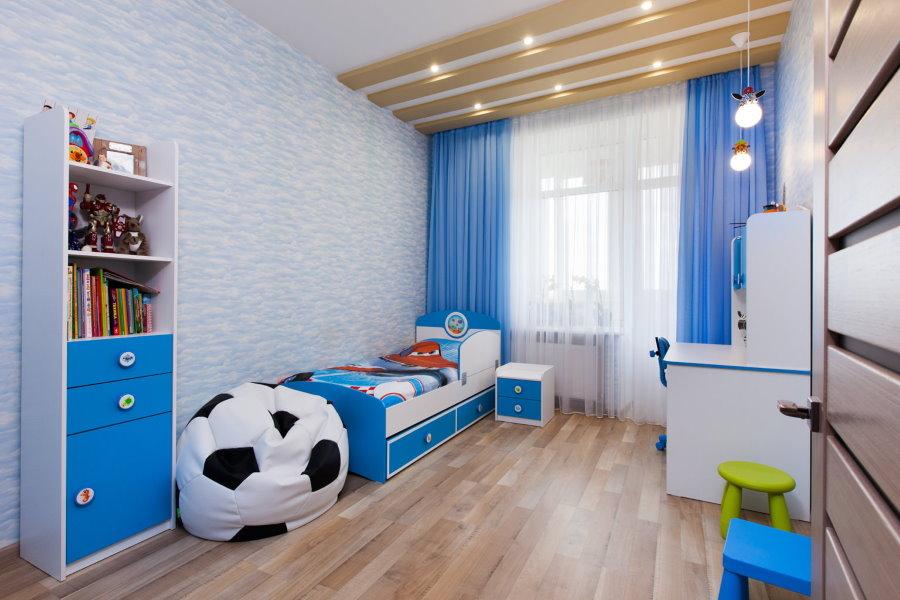 Синие шторы в комнате маленького мальчика