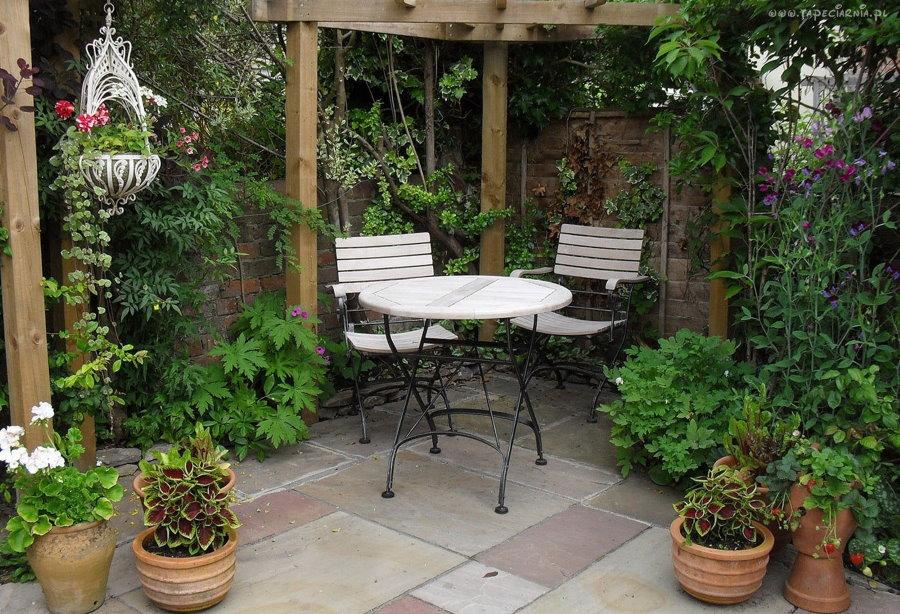Укромное место для отдыха в глубине садового участка