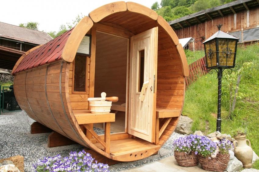 Малогабаритная баня-бочка на дачном участке в 4 сотки