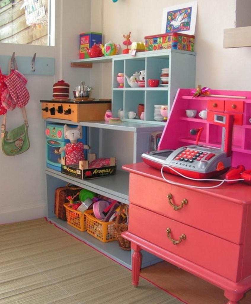 Игровой уголок с мини-кухней в комнате девочки-дошкольницы