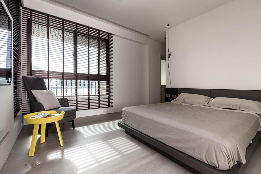 Желтый стульчик в спальня стиля минимализма