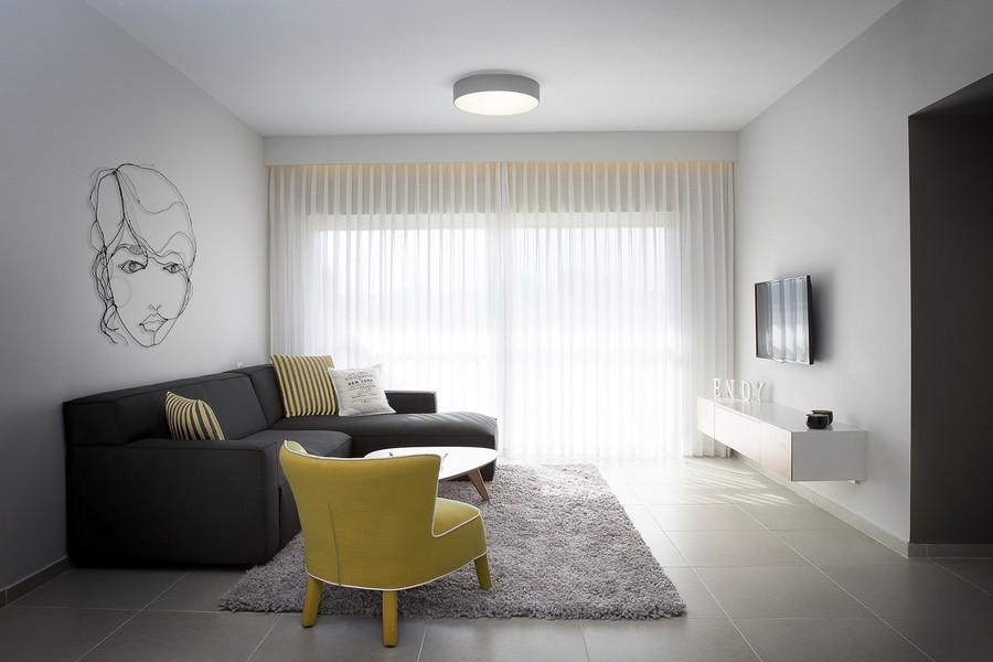 Желтое кресло в гостиной стиля минимализма