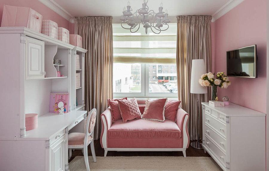Розовые стены детской комнаты в городской квартире