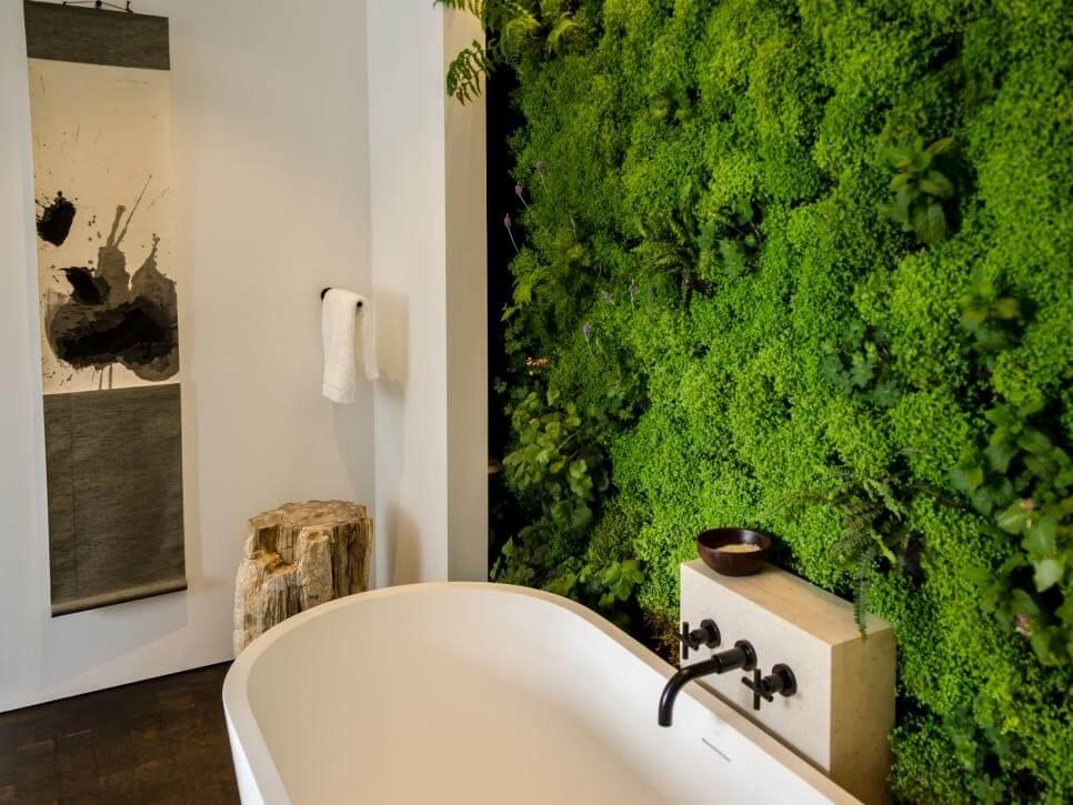 Живая стена в интерьере совмещенной ванной