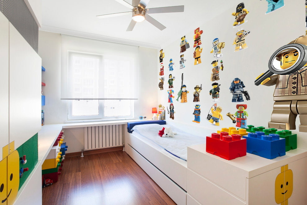 Яркие наклейки на белой стене в комнате мальчика