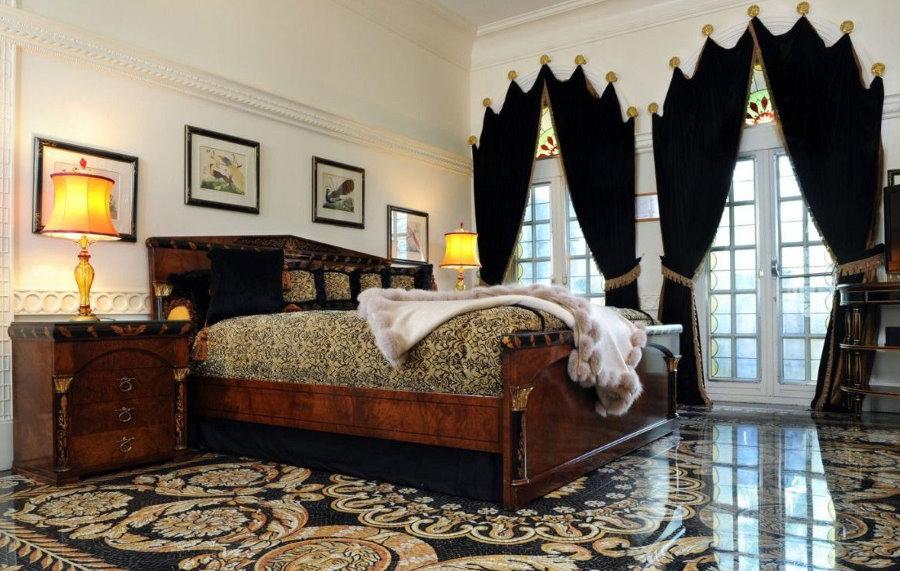 Черные шторы в спальне с наливным полом