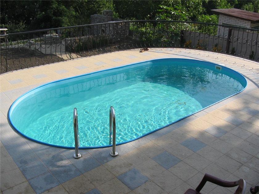 Маленький бассейн стационарного типа на дачном участке