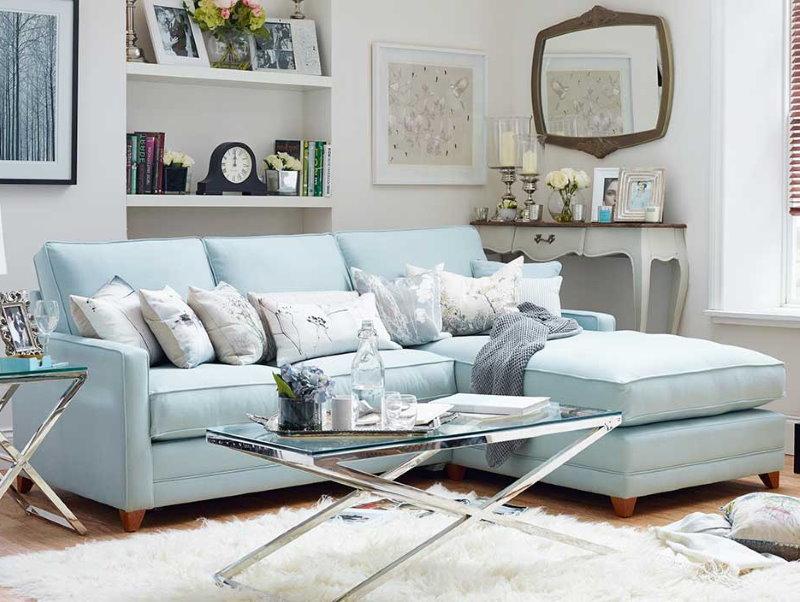 Светло-синий диван в гостиной частного дома