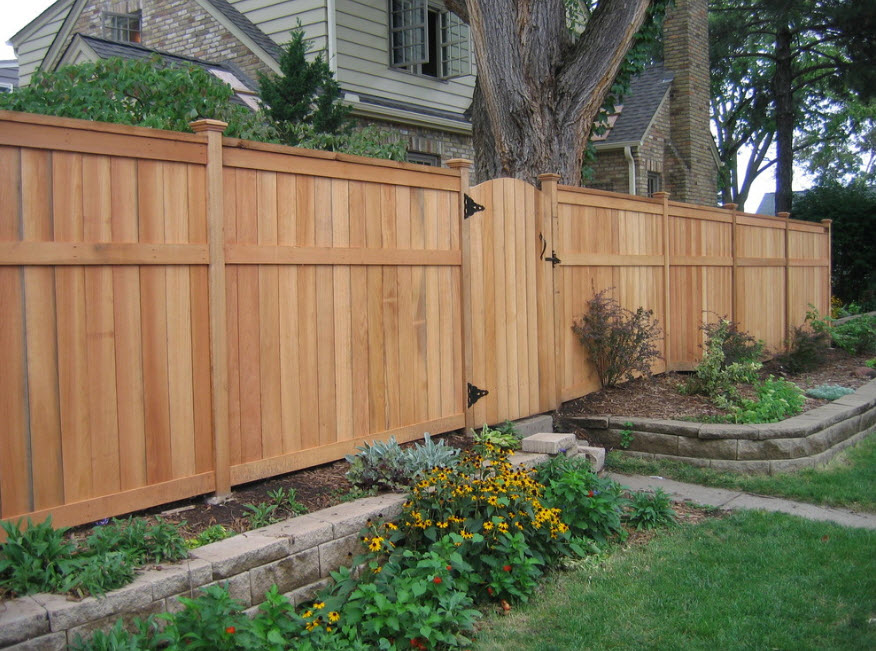Новый деревянный забор перед частным домом