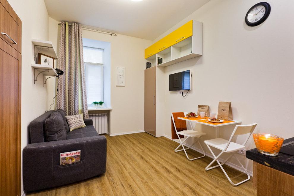 Компактный столик для завтраков в общей комнате квартиры