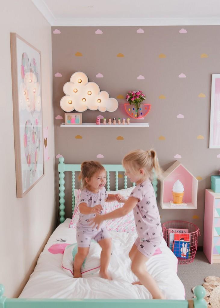 Декор облачками однотонной стены в детской