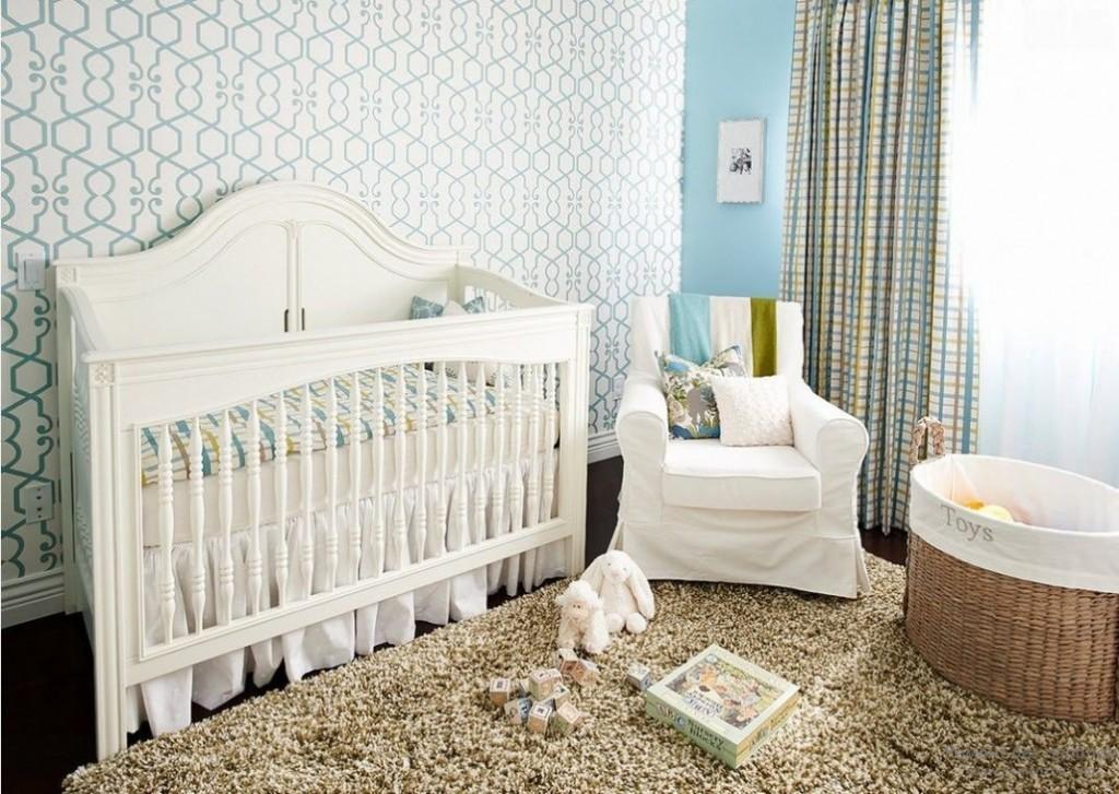 Светлые бумажные обои в комнате младенца