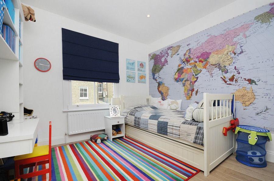 Обои с картой в спальне мальчика-школьника