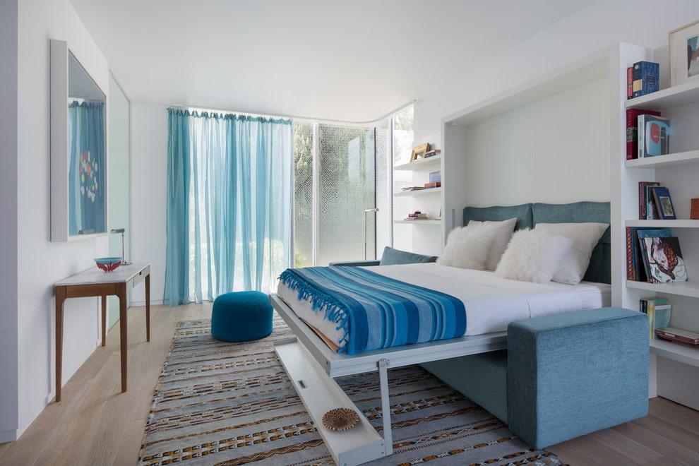 Раскладной диван-кровать в светлой гостиной