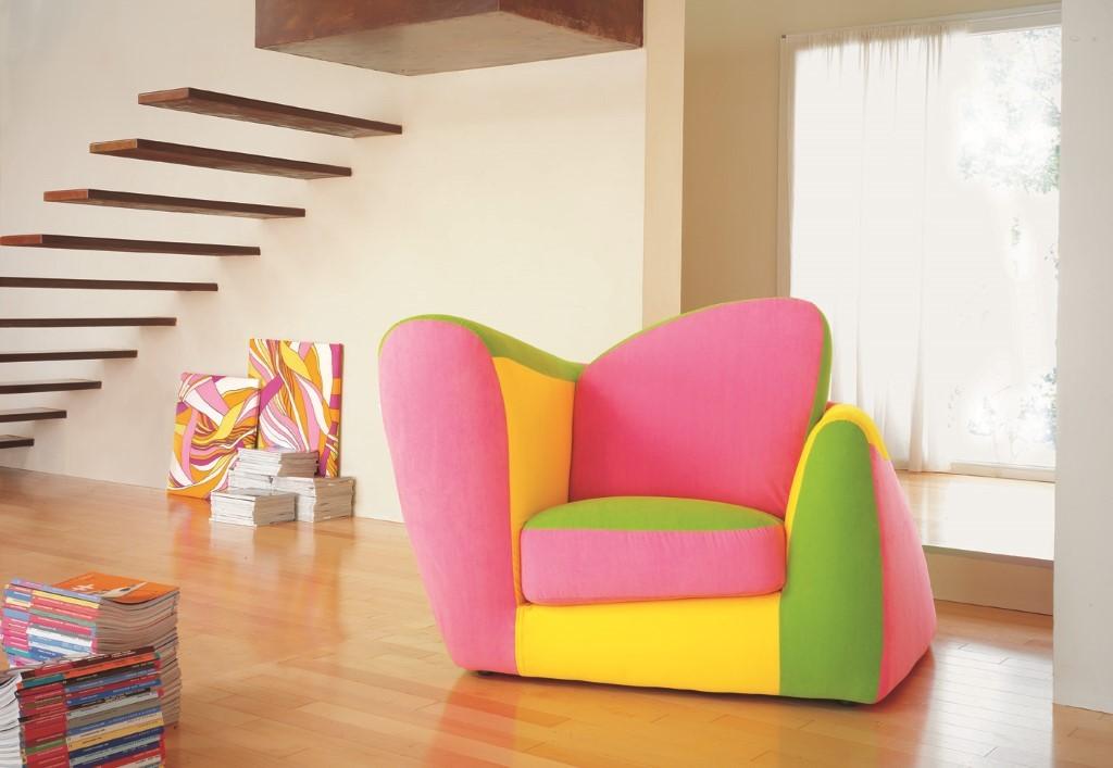 Детское кресло с трехцветной обивкой