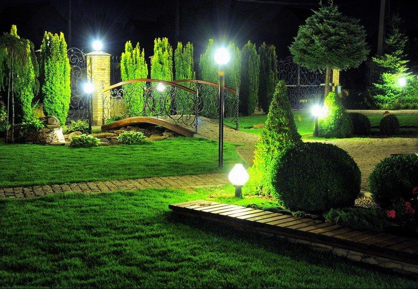 Светодиодные светильники в саду с хвойными растениями