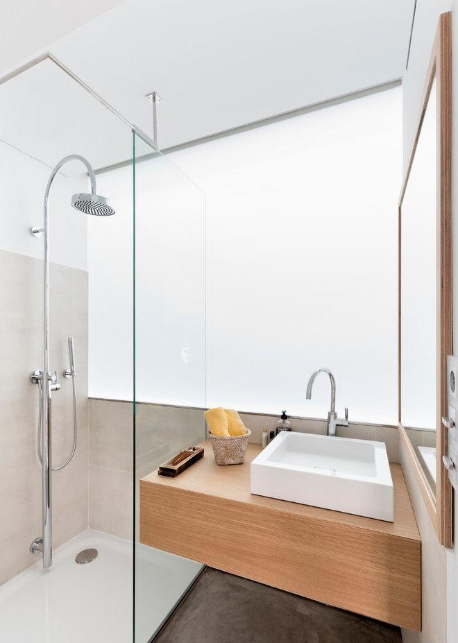 Прямоугольная раковина в ванной без туалета