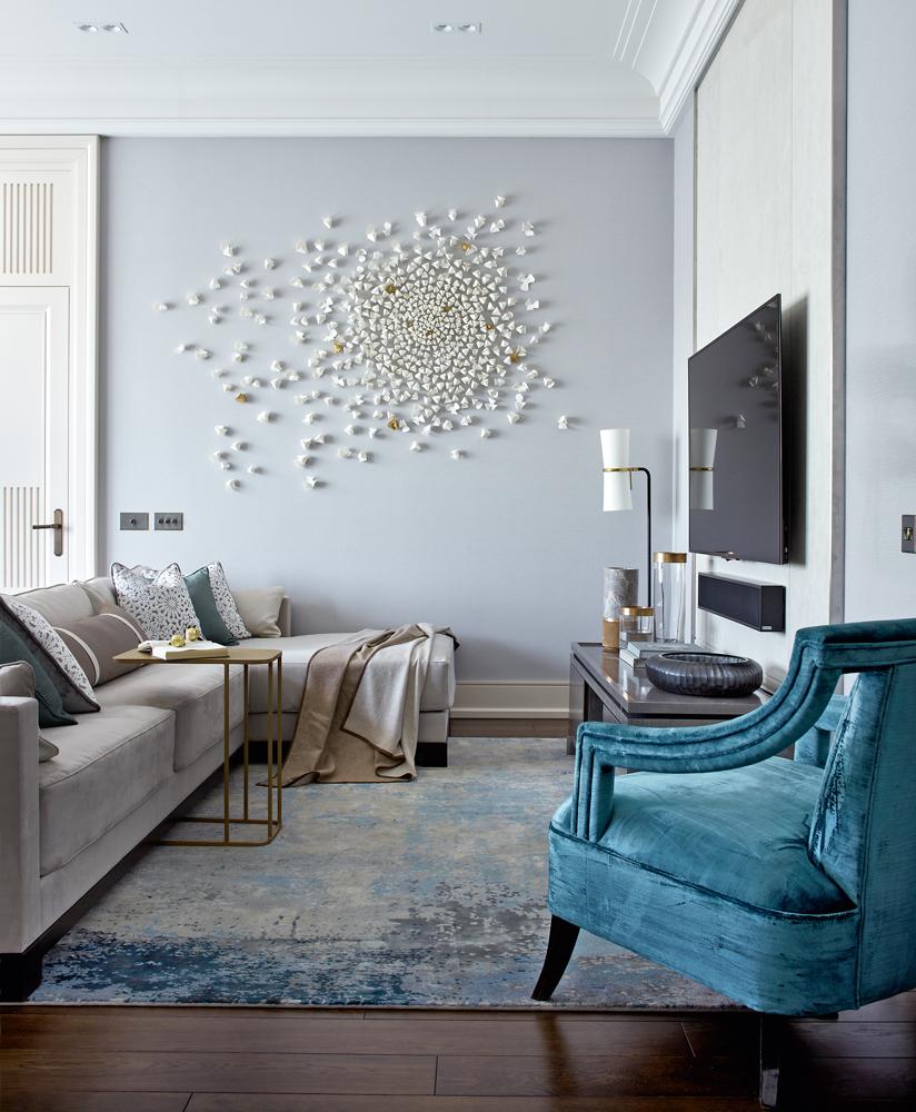 Панно из шариков на акцентной стене гостиной