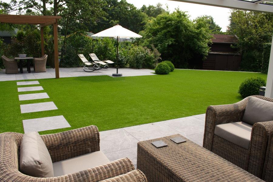 Партерный газон перед зоной отдыха на даче