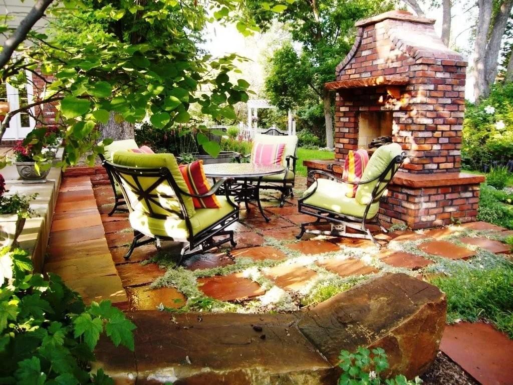 Печь-камин на площадке для дачного отдыха