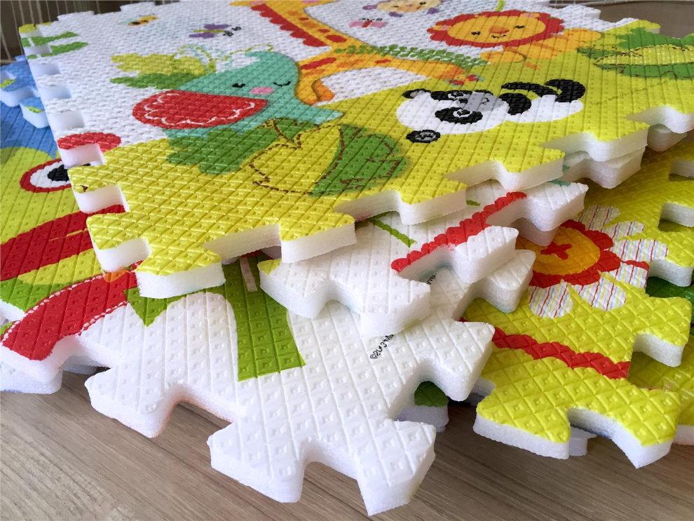 Шипы и пазы на мягких плитках детского коврика