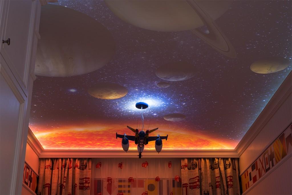 Изображение планет на потолке комнаты в хрущевке