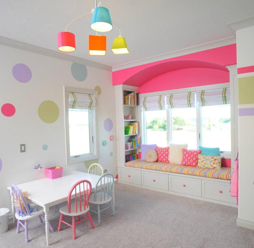Пластиковая люстра на потолке игровой комнаты для девочки