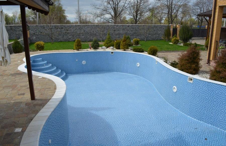Мозаичная плитка на поверхностях садового бассейна
