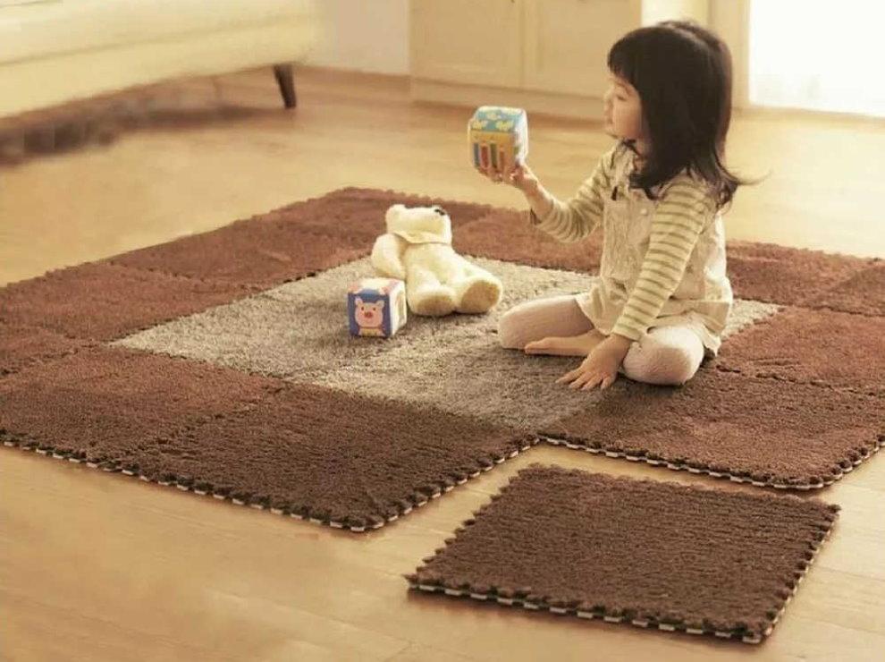 Девочка с длинными волосами на модульном ковре