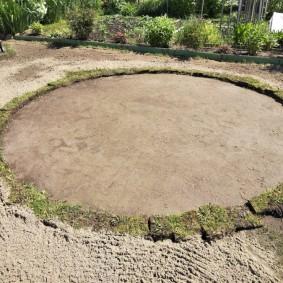 Выравнивание площадки для установки бассейна на дачном участке