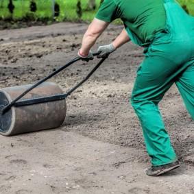 Подготовка поверхности почвыдля посадки газонной травы