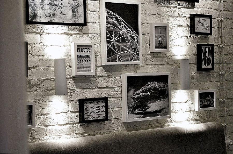 Декоративная подсветка фотографий на кирпичной стене