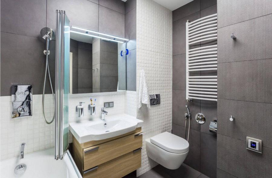 Белый подвесной унитаз в современной ванной комнате