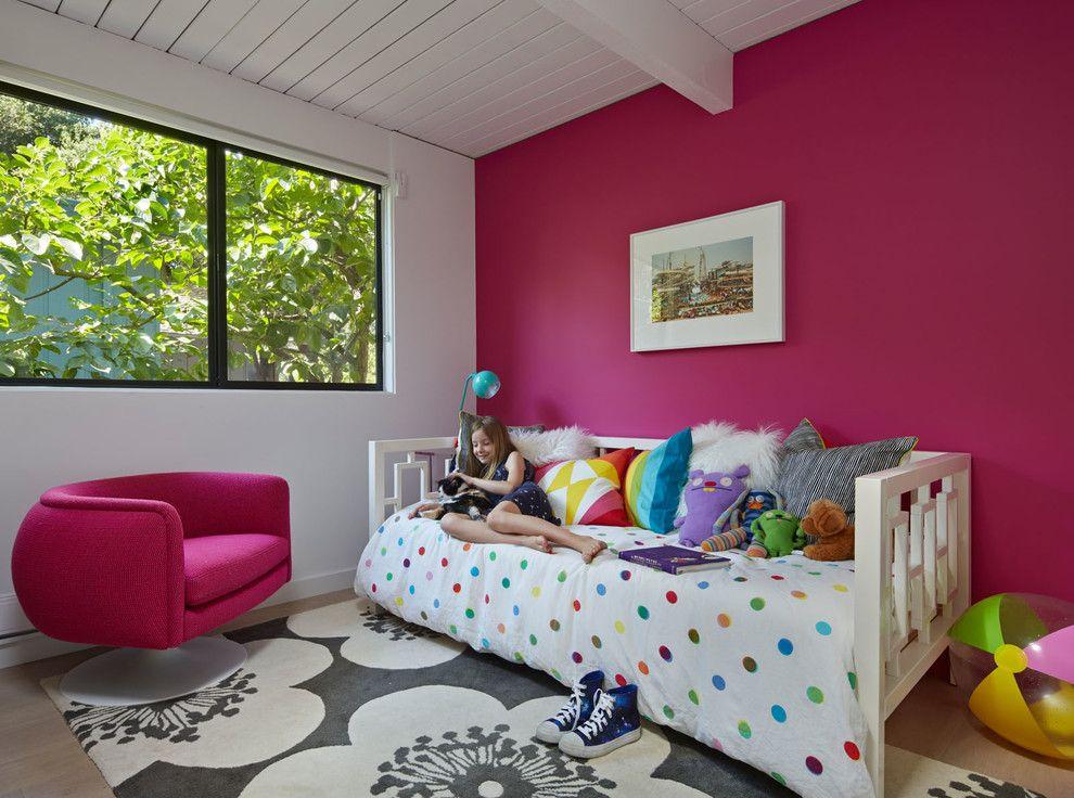 Темно-розовая стена в спальне девочки