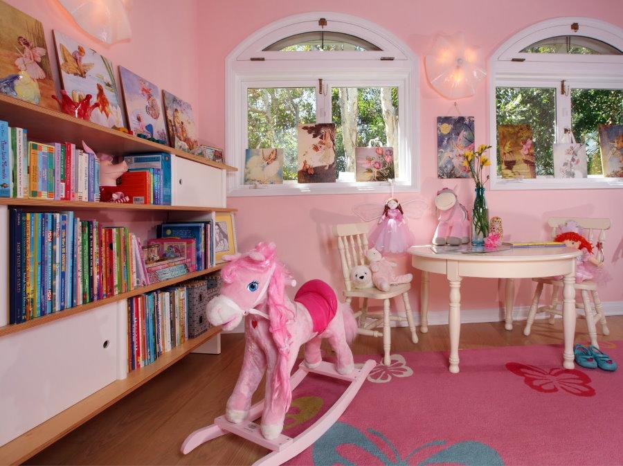 Детская качалка в виде лошадки в комнате девочки