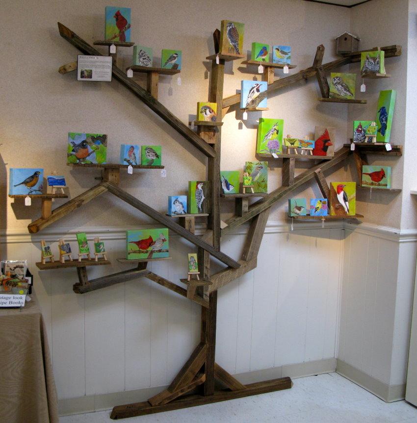 Полки на деревянном дереве в детской комнате