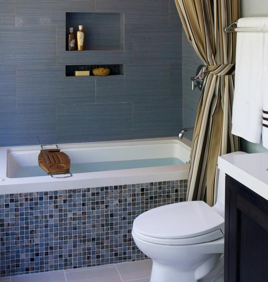 Шампунь в нише стены ванной комнаты