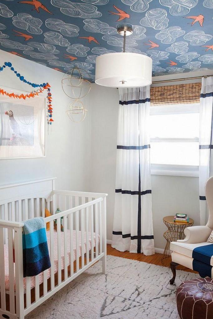 Детская комната с обоями на потолке