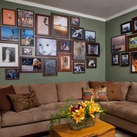 Семейные фото над угловым диваном