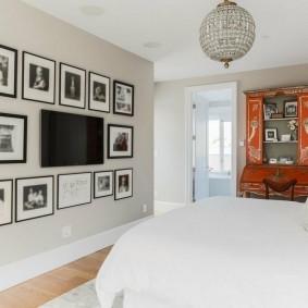 Черно-белые фото вокруг телевизора в спальне