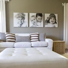 Детские фото на стене гостиной комнаты