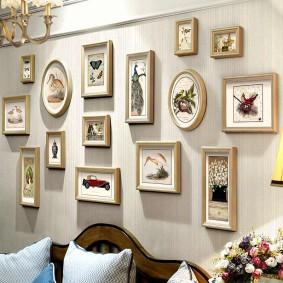 Снимки в деревянных рамочках на стене с обоями