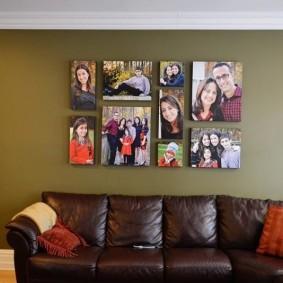 Фото моей семьи над кожаным диваном