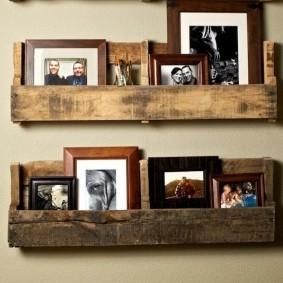 Старые фотографии на деревянных полочках