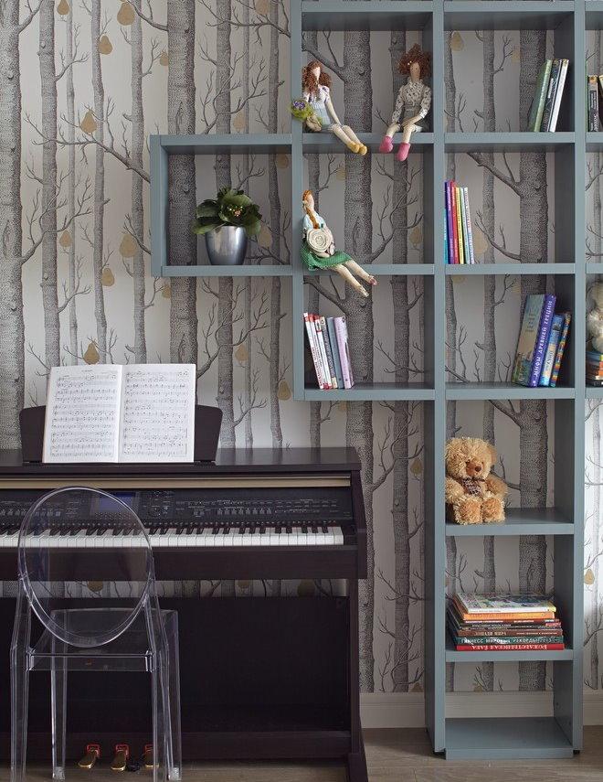 Серые полки на фоне стены с бумажными обоями