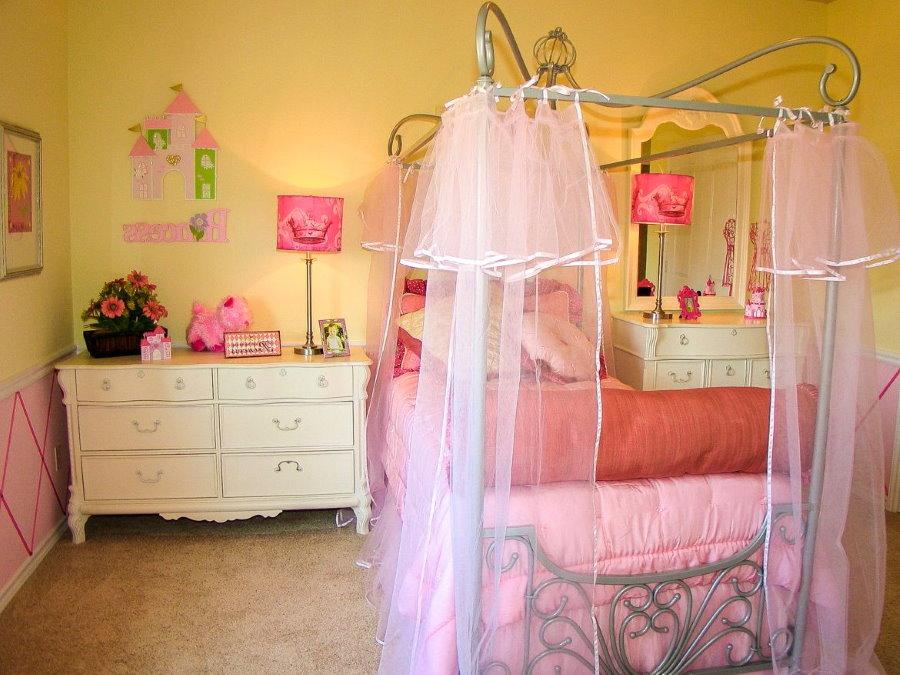 Розовый балдахин в комнате девочки
