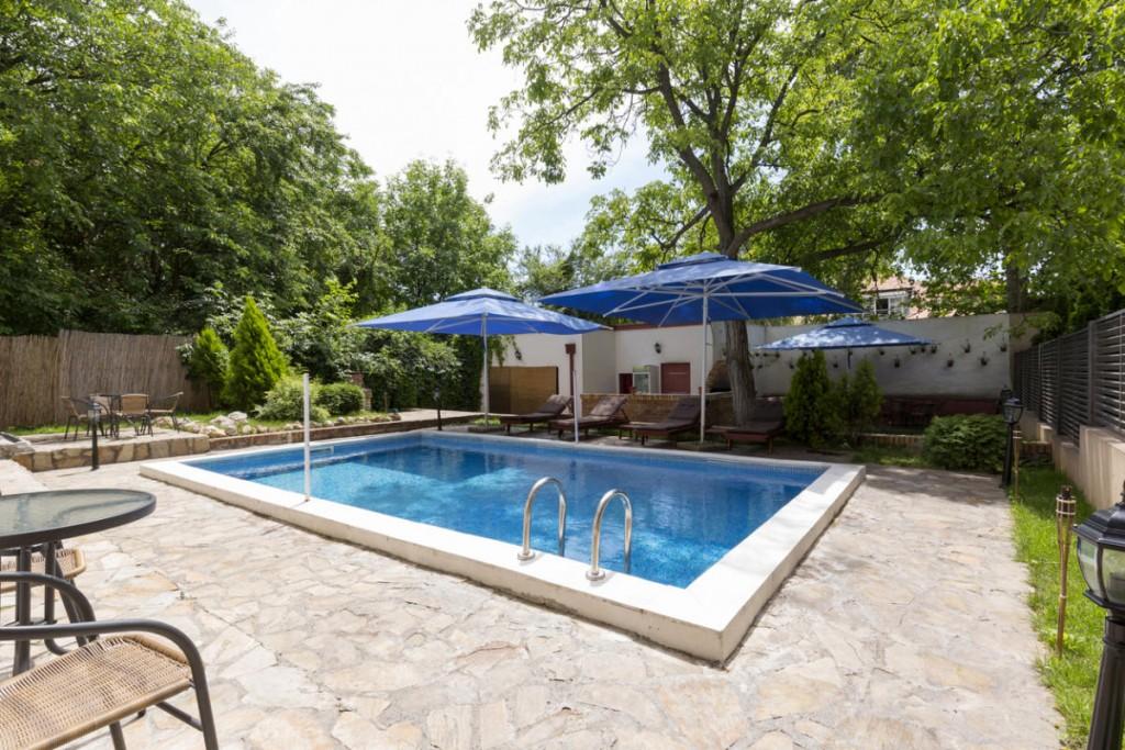 Прямоугольный бассейн во дворе частного дома