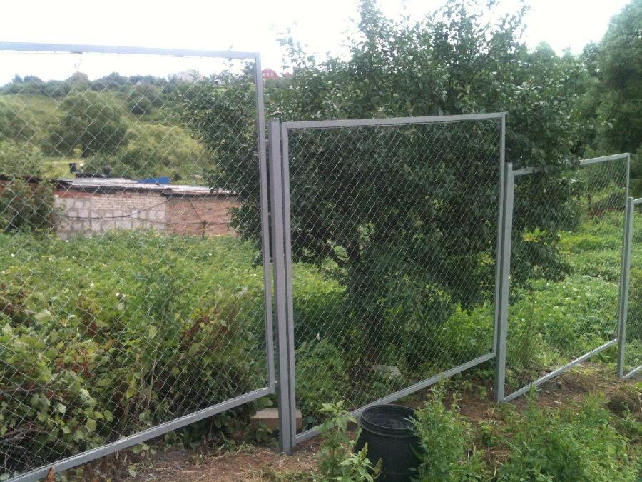 Секционный забор из рабицы на участке с перепадами высот