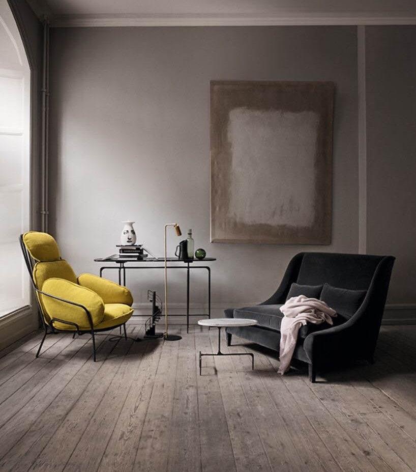 Светло-серая комната с желтым креслом